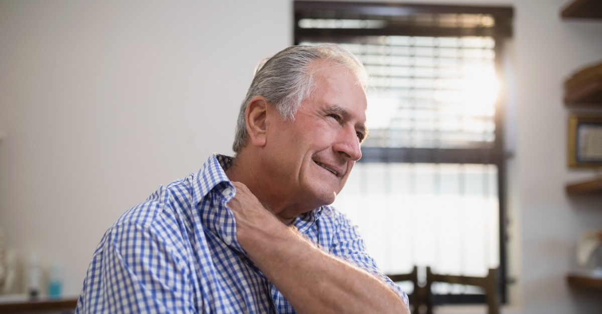 muž s bolesťami krku