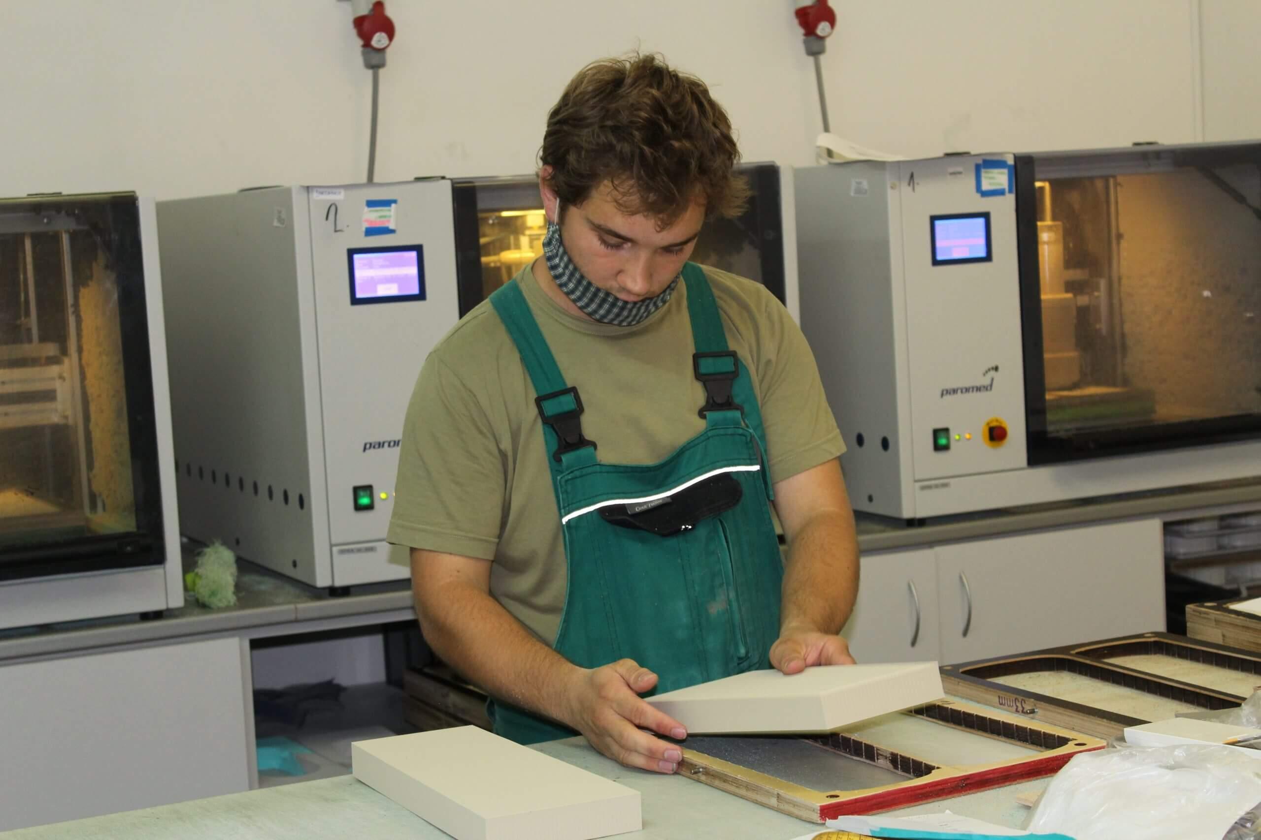 Ortopedický Technik pri výrobě ortopedických vložiek