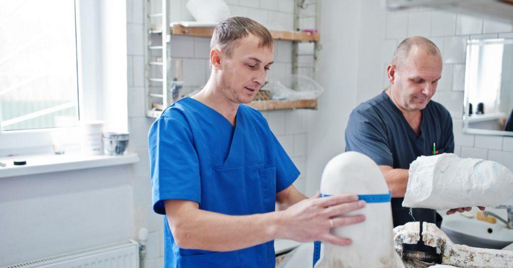 Ortopedickí technici hlásia zdražovanie materiálov potrebných pri výrobe ortopedických pomôcok